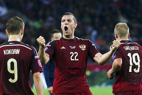 Russia's Artem Dzyuba (C) celebrates with team mates Aleksandr Kokorin (L) and Igor Smolnikov after scoring against Sweden during their Euro 2016 group G qualification match at the Otkrytie Arena stadium in Moscow, September 5, 2015.