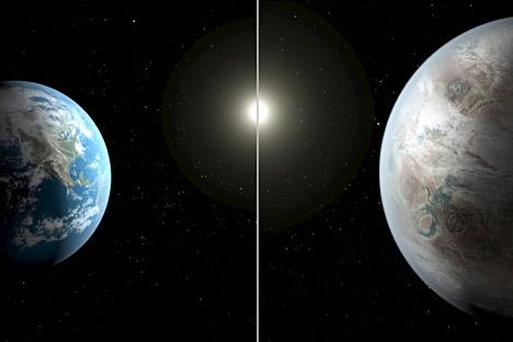 La ilustración compara la Tierra con el planeta Kepler-452b. El planeta es aproximadamente 60% más grande que la Tierra y se encuentra a 1.400 años luz en la constelación Cygnus (el cisne).