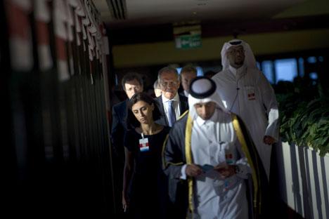 Menteri Luar Negeri Rusia Sergey Lavrov bersama rombongan delegasi berjalan selama pertemuan trilateral di Doha, Qatar.