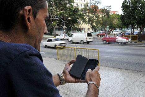 Човек со мобилен телефон.