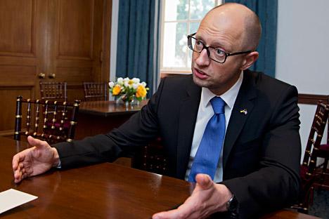Ucrânia não reconhece integração da Crimeia à Rússia, mas quer postos de controle para passagem de seu território para o da península.