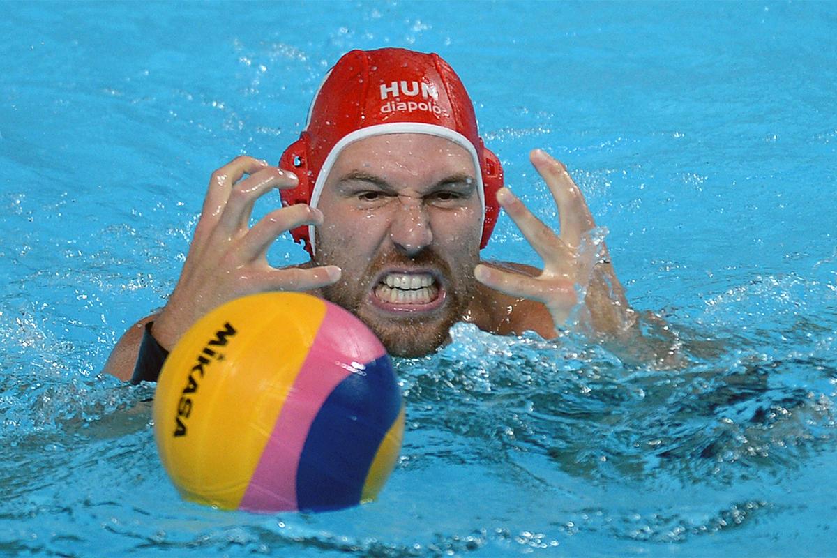 Viktor Nagy (Ungarn) während des Wasserpolospiels im Viertelfinale der Männer gegen die Nationalmannschaft Italiens.