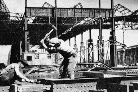 Construcción del primer taller de la planta de automóviles de Gorki.
