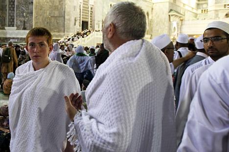 Jemaah haji dari Rusia bersiap berangkat pergi bersama keluarganya setelah salat terakhir pada hari itu di dekat Masjid Agung Haram Sharif, beberapa hari sebelum pelaksanaan ibadah haji di Mekah, Arab Saudi.