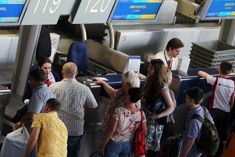 Die Krim ist trotz Sanktionen ein beliebtes Urlaubsziel für Ausländer.//Auf dem Bild: Fluggäste machen Check-In im Moskauer Flughafen Wnukowo.