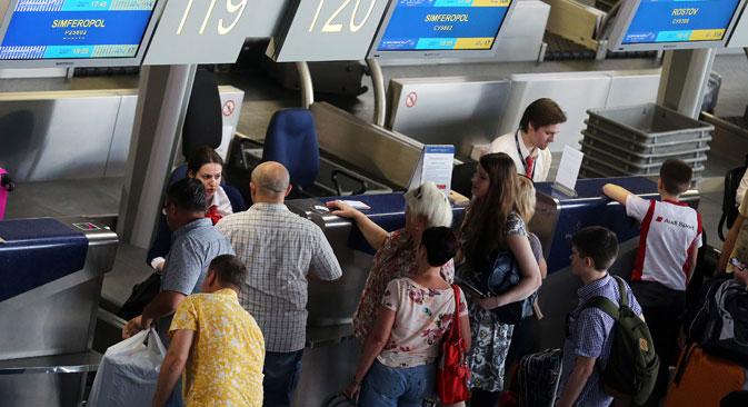 In aeroporto in attesa di imbarcarsi su un volo per la Crimea (Foto: TASS)