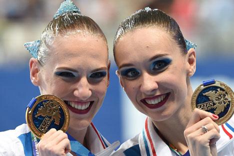 Les Russes Natalia Ishchenko (à droite) et Svetlana Romashina ont remporté l'or du duo libre de natation au championnat du monde de natation qui s'est tenu à Kazan.