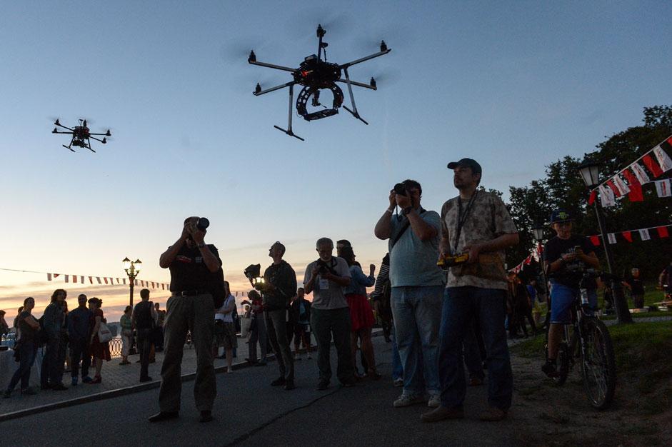 """Участници и гости на майсторския клас по снимане с дронове по време на фестивала """"Фотопарад"""" в град Углич."""