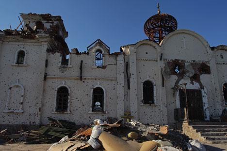 Templo nos arredores do aeroporto de Donetsk ficou seriamente danificada durante hostilidades no sudeste da Ucrânia
