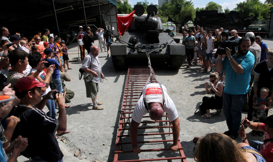 Russian muscleman Ivan Savkin has pulled a 26-ton T-34 tank dating to the Great Patriotic War of 1941-1945.