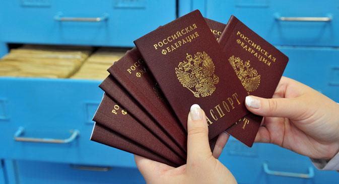 Passaporti russi (Foto: Aleksandr Ryumin/TASS)