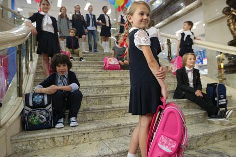 Kinder posieren in Schuluniformen im Kinderkaufhaus Detskij Mir in Moskau.