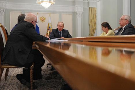 Russlands Präsident Wladimir Putin trifft sich mit Menschenrechtlern in seiner Residenz Nowo-Ogarjowo