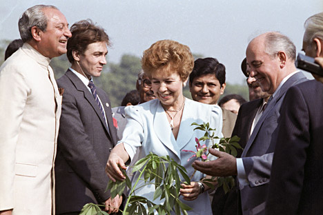Mikhail Gorbachev, CC CPSU General Secretary, with his wife, Raisa, near an orchid tree that he planted in New Delhi.