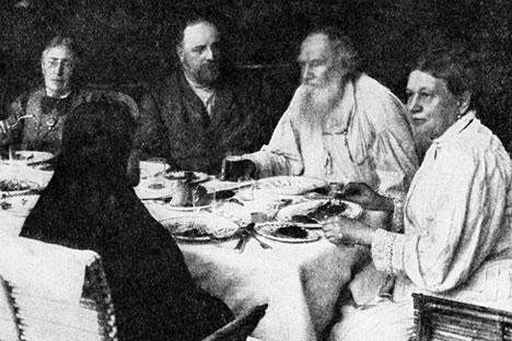 Tolstoi em almoço entre amigos; escritor não comia carne por questão moral