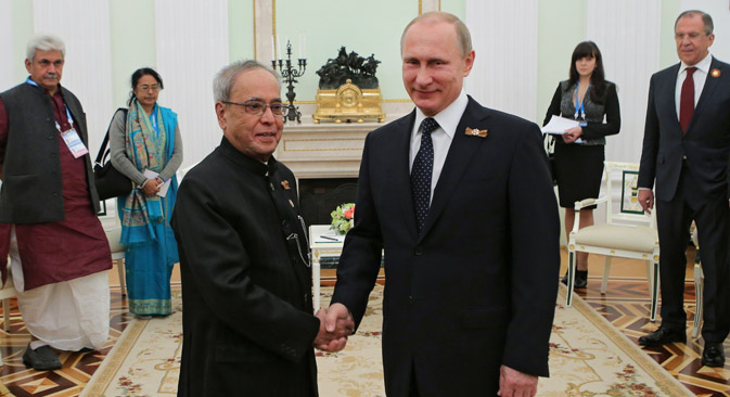 Russian President Vladimir Putin (R) and his Indian counterpart Pranab Mukherjee shake hands during their meeting in the Kremlin in Moscow, May 9, 2015.