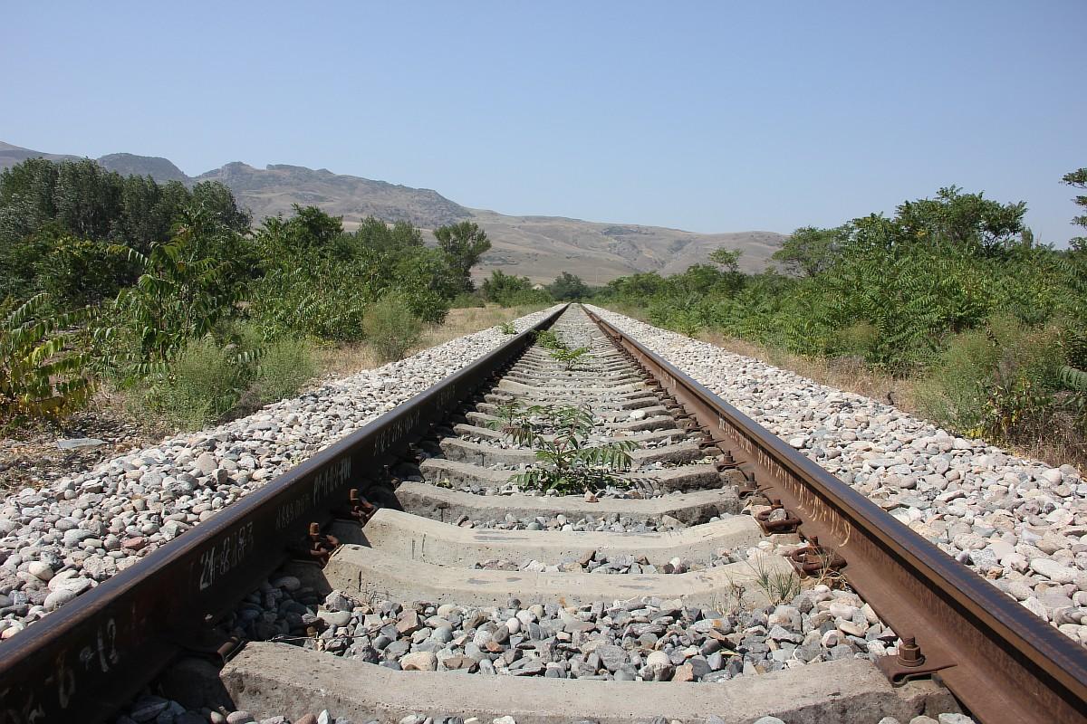 サリクム砂丘はダゲスタンのユニークな自然保護区で、マハチカラから北西に18キロ離れた、シュラ・オゼン川の左側の河畔に位置する。カメラマンのニヤズ・アクサノフが選んだ道程は、この閉鎖されたクム・トルカレ駅を出発点としている。