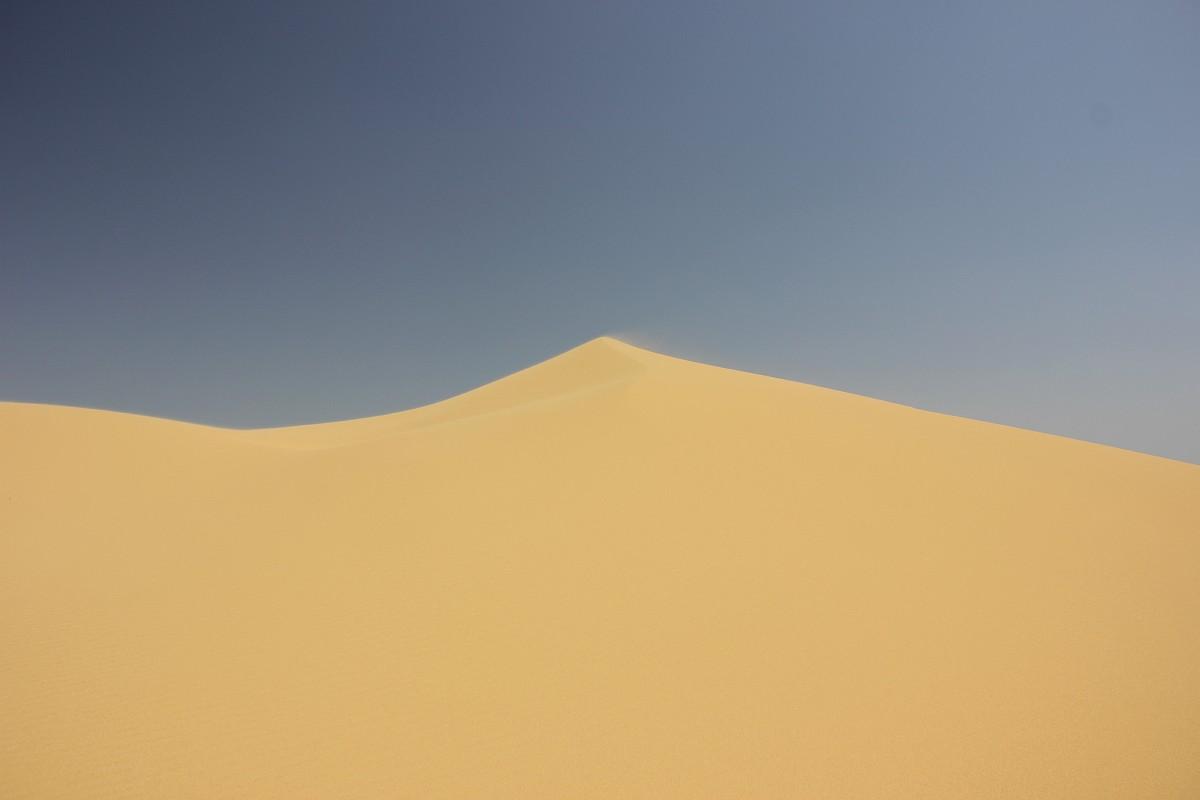 その他にも、この砂丘の外観自体が驚きに値する。回りには、砂漠も海岸もない。砂丘の基盤はステップの粘土によって形成されている。