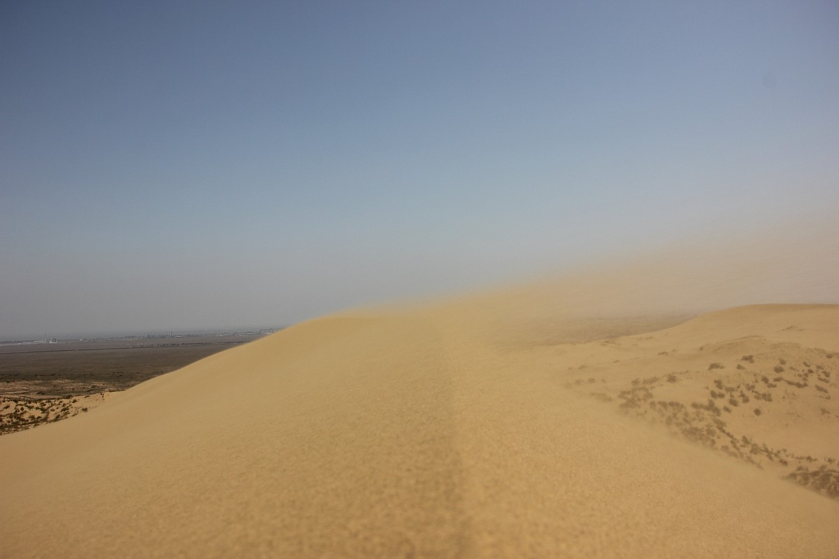 この砂はどこから来たのだろうか? 地元住民は不思議な伝説を説き、科学者はアク・コル湖の谷で吹く風によってできたと提唱する。カプチャガイスコエ峡谷を通ると、風によって岩から砂が飛び立つ。