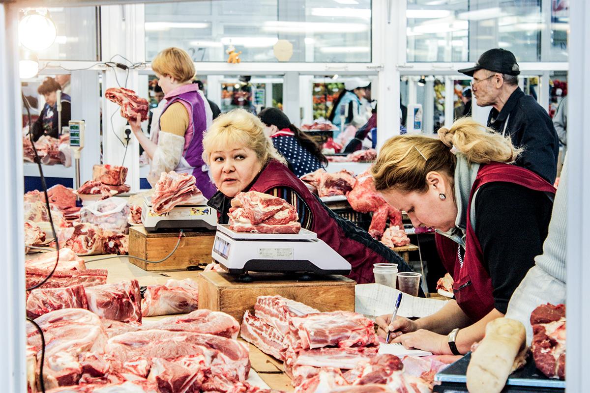"""""""All'interno della sezione 'Mercati' ho cercato di catturare il sapore unico che avevano i mercati post-sovietici, una sorta di legame tra passato e presente: l'atmosfera, gli odori, il modo in cui commercianti e clienti interagivano tra di loro"""" // Venditrici di carne a Izhevsk, Udmurtia"""
