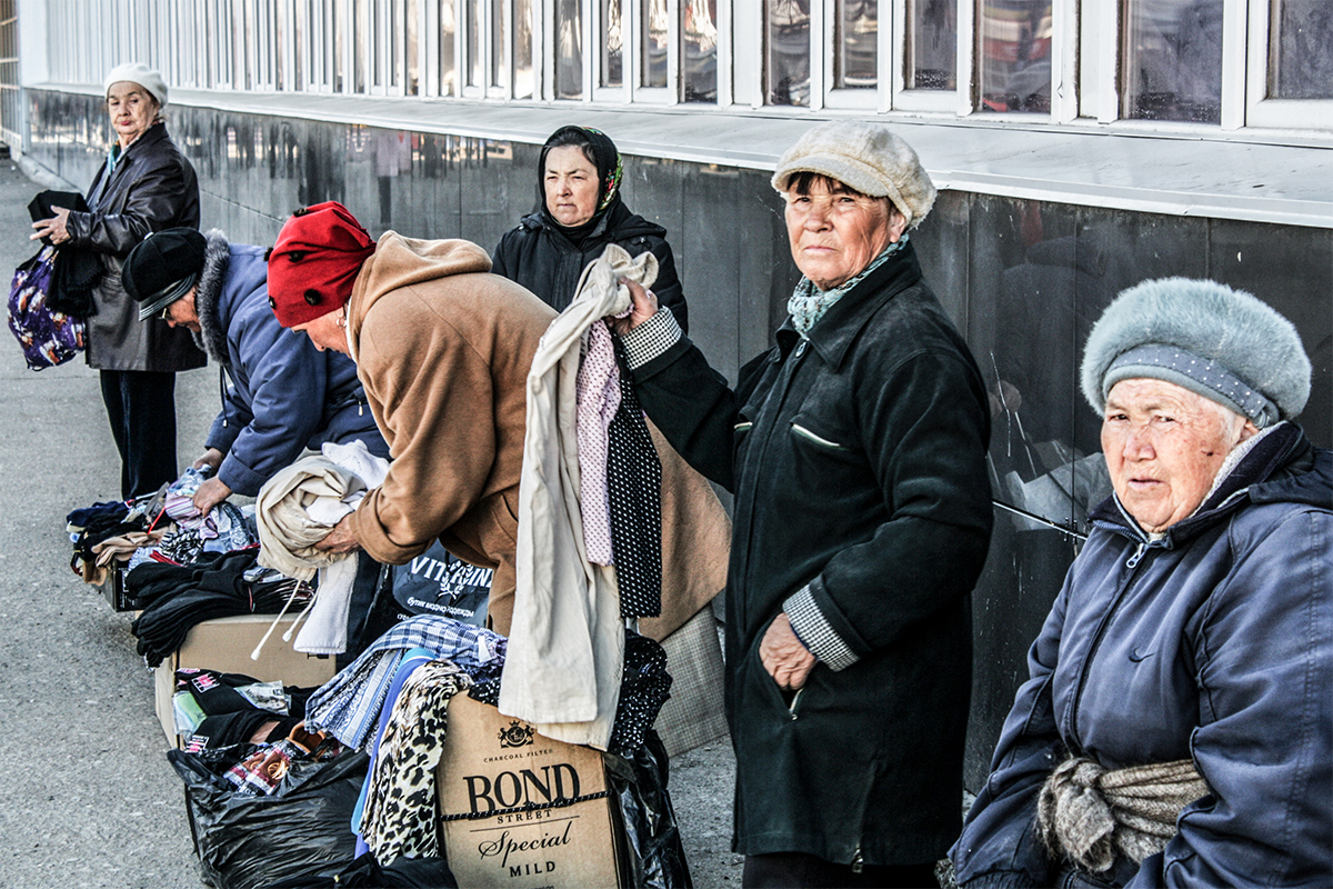 Un'anziana signora vende abiti a Ufa, Bashkortostan
