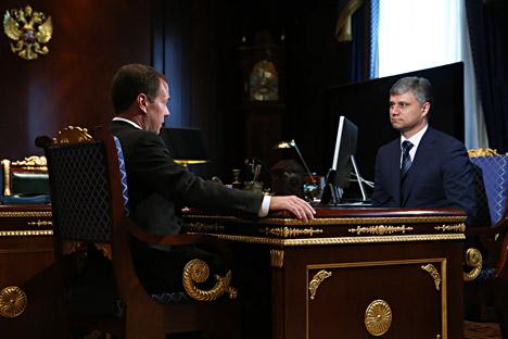 Russlands Ministerpräsident Dmitri Medwedjew (L) spricht mit dem neuen Chef der russischen Bahn Oleg Beloserow.
