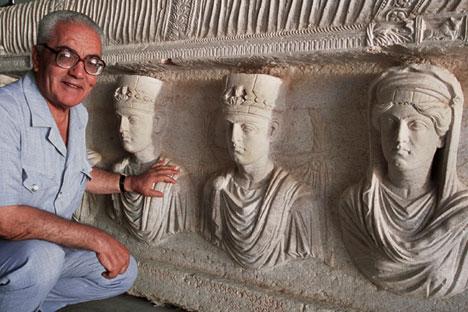Syrie, 1er septembre 2002, le directeur des Antiquités syriennes de Palmyre, Khaled al-Asaad, devant le sarcophage avec des fugures de prêtres, à Palmyre.