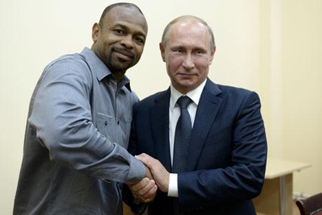Рой Джоунс обяви намерението си да получи руско гражданство на 19 август по време на среща с Владимир Путин в Крим.