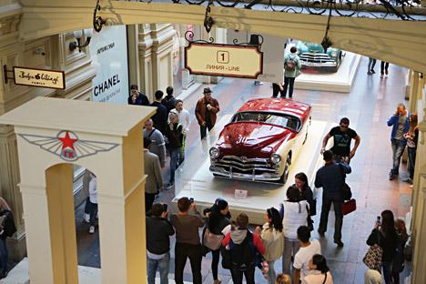 Les voitures sont exposées au grand magasin GOuM de Moscou.