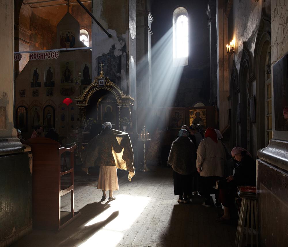 Бойците на светлината се борят за всяка душа между стените на манастира – също катко преди. / Изповед преди литургия близо до светите мощи на Св. Далмат Исецки.