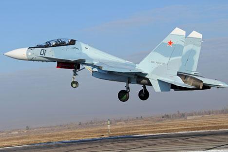 """Jet tempur generasi keempat SU-30 SM selama penerbangan latihan di lapangan terbang pangkalan udara """"Domna"""" di Distrik Militer Timur di daerah Zabaikalye."""