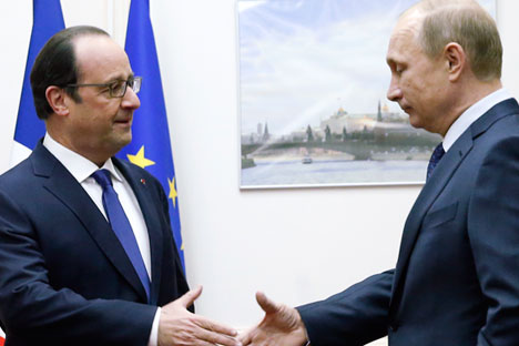 Próximo encontro entre Hollande (esq.) e Pútin (dir.) poderá ocorrer durante Assembleia Geral da ONU, em setembro