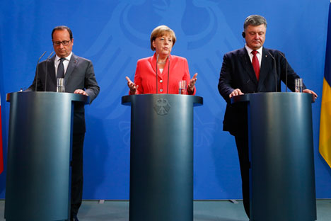 German Chancellor Angela Merkel, French President Francois Hollande (L) and Ukrainian President Petro Poroshenko speak to media after their meeting in the Chancellery in Berlin, Germany, August 24, 2015.