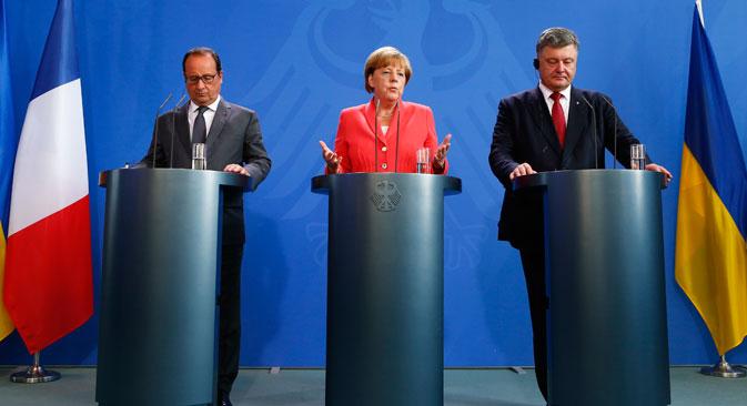 Il Presidente ucraino Petro Poroshenko, la cancelliera tedesca Angela Merkel e il Presidente francese François Hollande nel vertice a tre a Berlino