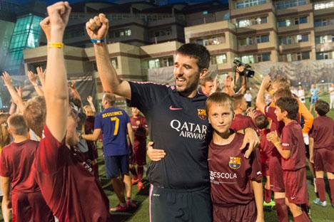No final, os técnicos irão selecionar os dois melhores jogadores, que vão passar uma semana na famosa academia La Masia, em Barcelona.