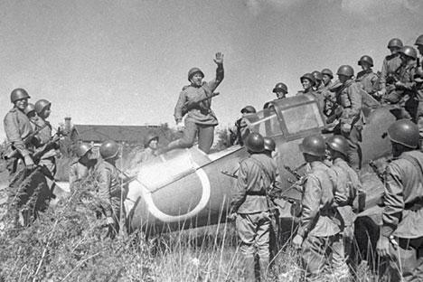 Unidades del Ejército Rojo en el campo aéreo de Harbin.