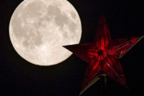 Рубинените звезди на кремълските кули са един от най-ярките символи на Москва.