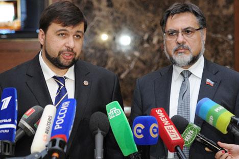 Vertreter der selbst ernannten Volksrepubliken Donezk und Lugansk Denis Puschilin (L) und Wladislaw Dejnego (R) sprechen mit Journalisten nach dem Treffen der Kontaktgruppe zum Ukraine-Konflikt in Minsk am 27. August.