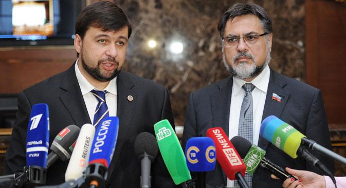 Denis Pushilin, dell'autoproclamata repubblica di Donetsk, e Vladislav Deinego, rappresentante dell'autoproclamata Repubblica di Lugansk, rispondono alle domande dei giornalisti (Foto: RIA Novosti / Vitaly Zalessky)