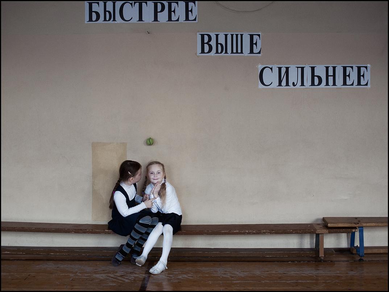 """Све фотографије је ставила на располагање Ирина Јулијева, фотограф из Санкт Петербурга. Ево шта је она рекла о њима: """"Мој млађи син је прошле године пошао у школу у Санкт Петербургу. Сачекала сам га после часова и питала како му је било, али његов одговор није задовољио моју знатижељу."""