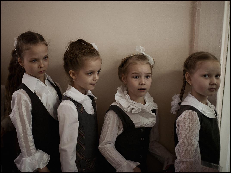 Сви се посебно облаче за 1. септембар. Девојчице вежу огромне машне у косу, које су често веће од њихових глава. У школу долазе са букетима цвећа за учитеље и наставнике.