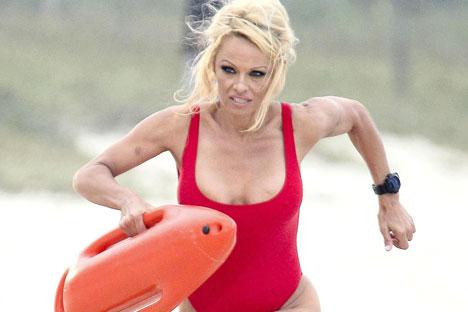 """L'attrice Pamela Anderson in una scena di """"Baywatch"""""""