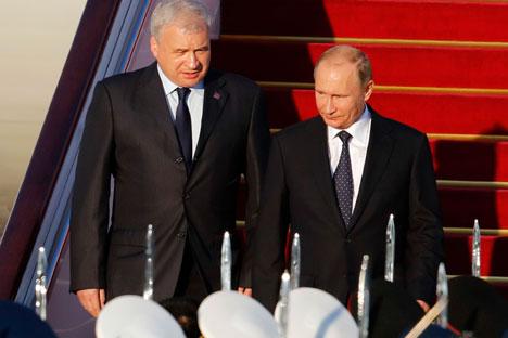 ウラジーミル・プーチン大統領(右)は9月2日、中国の北京首都国際空港に到着した。