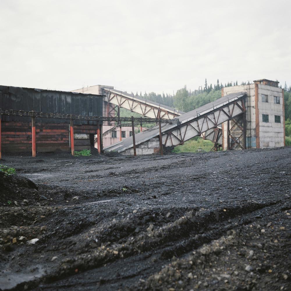 Njegova žena Irina govori da se ispod njihove kuće nalaze ''vakumi'' nastali tijekom rada u rudnicima. ''Slušao sam priče rudara i pokušao zamisliti tu nepoznatu prazninu'', fotograf Ilja Pilipenko dijeli svoje utiske.