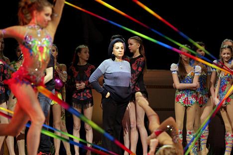 Irina Víner, en el centro, entrenadora principal del equipo de gimnasia artística de Rusia durante un espectáculo por el 80º aniversario de la Federación de Gimnasia Rítmica en el teatro Mariisnki de San Petersburgo.