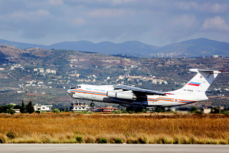 Pesawat angkut militer Rusia Il-76 bersiap lepas landas dari Pangkalan Udara Hmeimim, Suriah.