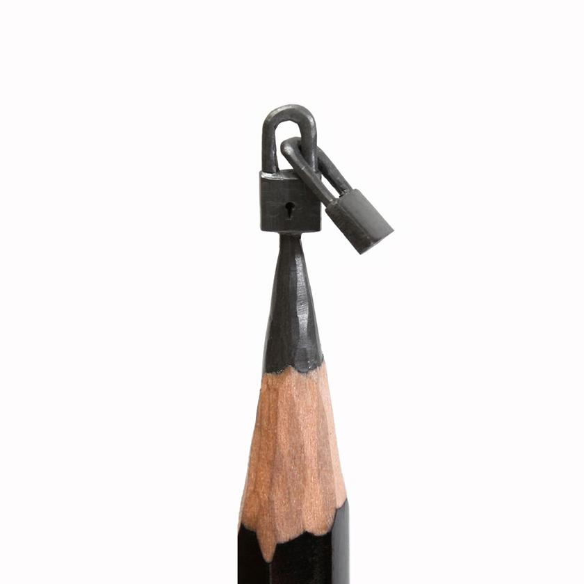 「職場から解雇されて絵画を始めた。両親はプロの芸術家で、芸術学校の教師をしている。両親は私にいろいろ教え、なんというか、バトンを手渡した。子供時代、私はたくさんの絵を描いていた。学校でチョークを彫って、最初の微細彫刻をつくった」