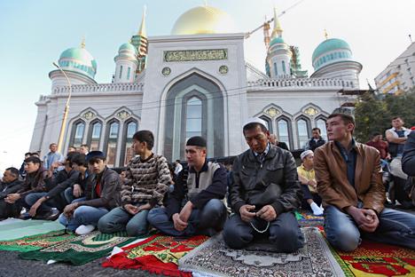 Umat Islam pada Hari Raya Idul Fitri melaksanakan ibadah salat Id di luar Masjid Katedral Moskow, di Jalan Prospekt Mira, 17 Juli 2015.