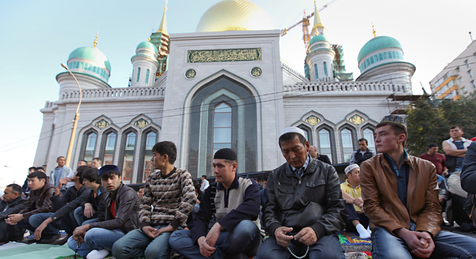 Fedeli davanti alla Moschea Cattedrale di Mosca