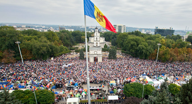 Protesters at the Square of the Big National Assembly, in Chisinau, Moldova, Sept. 13, 2015. Source: EPA